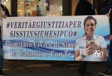 Verità e Giustizia per Sissy, le fiaccole di piazza Camagna illuminano Reggio con la speranza…