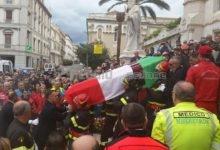 Un tricolore, una sciarpa amaranto, un colpo all'anima: il saluto di Reggio ad Antonio Candido…